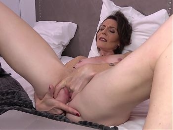 Mature French mom feeding pussy on cam